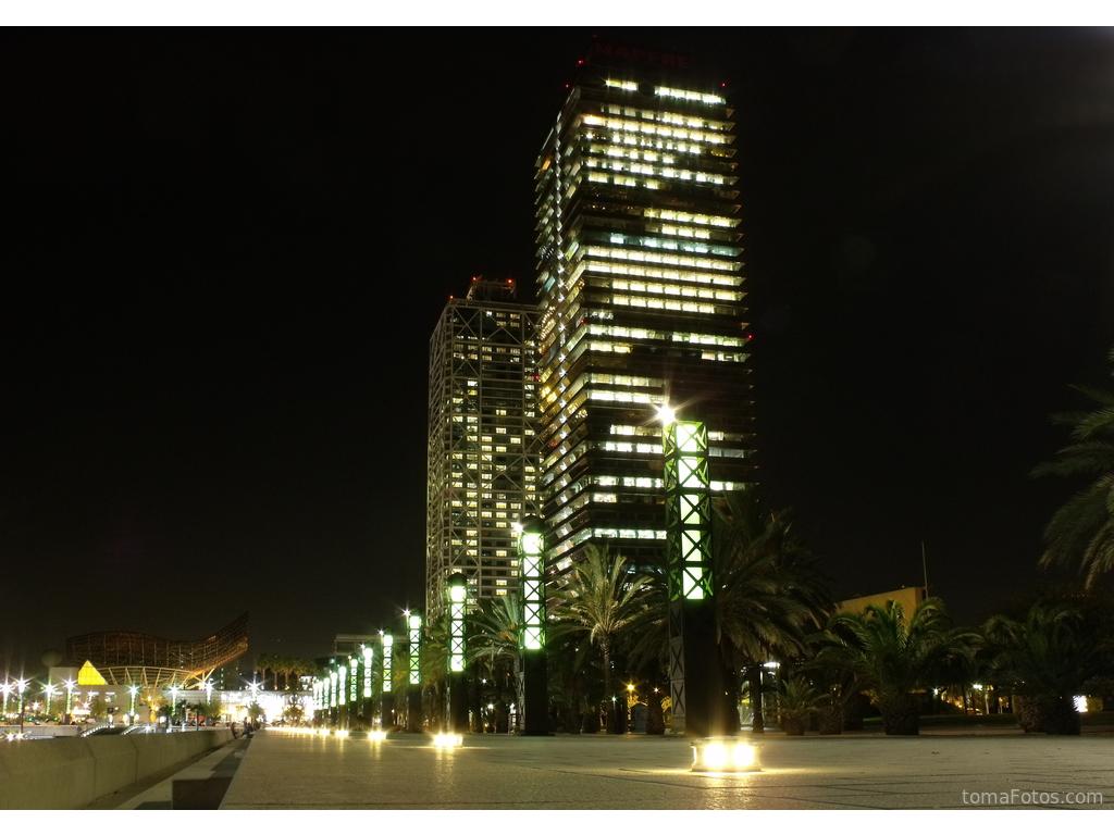 Torres gemelas en barcelona de noche for Noche hotel barcelona